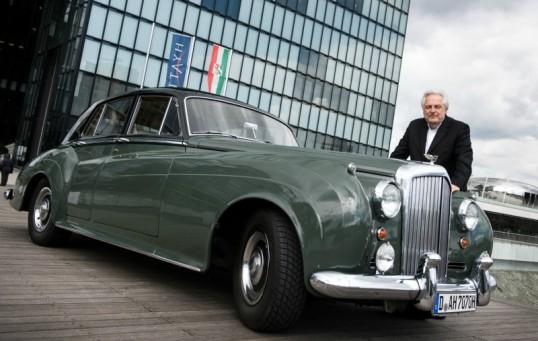 Kunstberater Helge Achenbach Düsseldorf neben seinem Bentley S1, den der Künstler Beuys zu Lebzeiten fuhr _Foto dpa