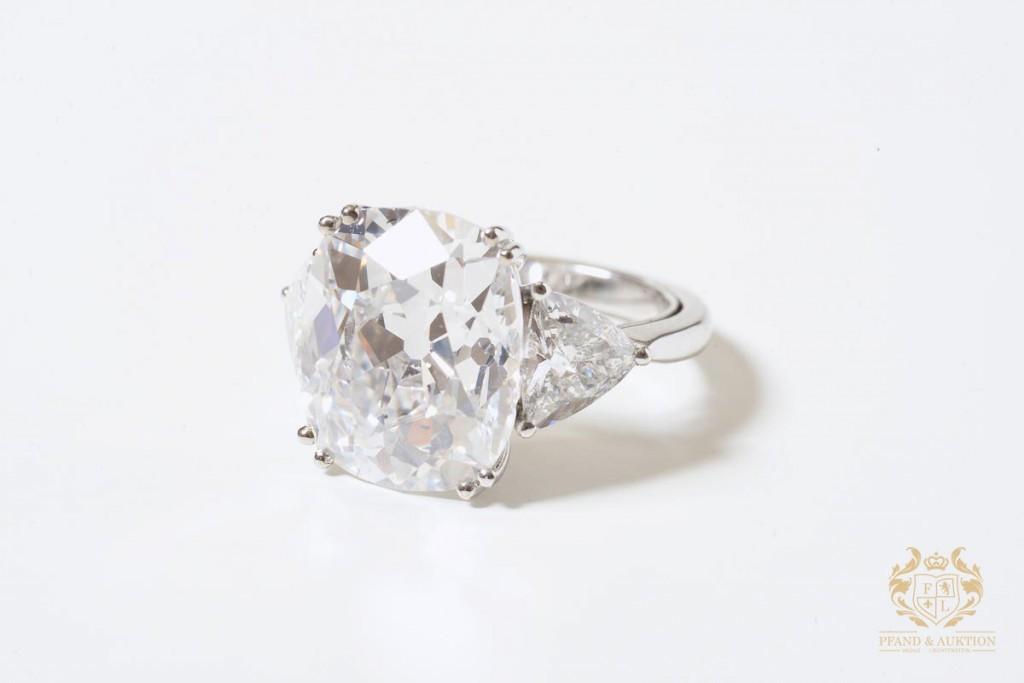 Ring i vitt guld, med kuddslipad diamant (8,46 ct), samt 2 diamanter (max. 1,7 ct)