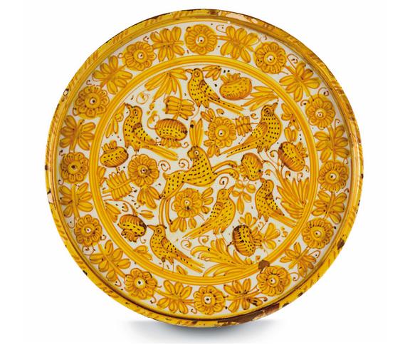 Fat från Deruta med gul och brun färg mot vit bakgrund och motiv av blommor, fåglar och en kanin. Mitten av 1600-talet