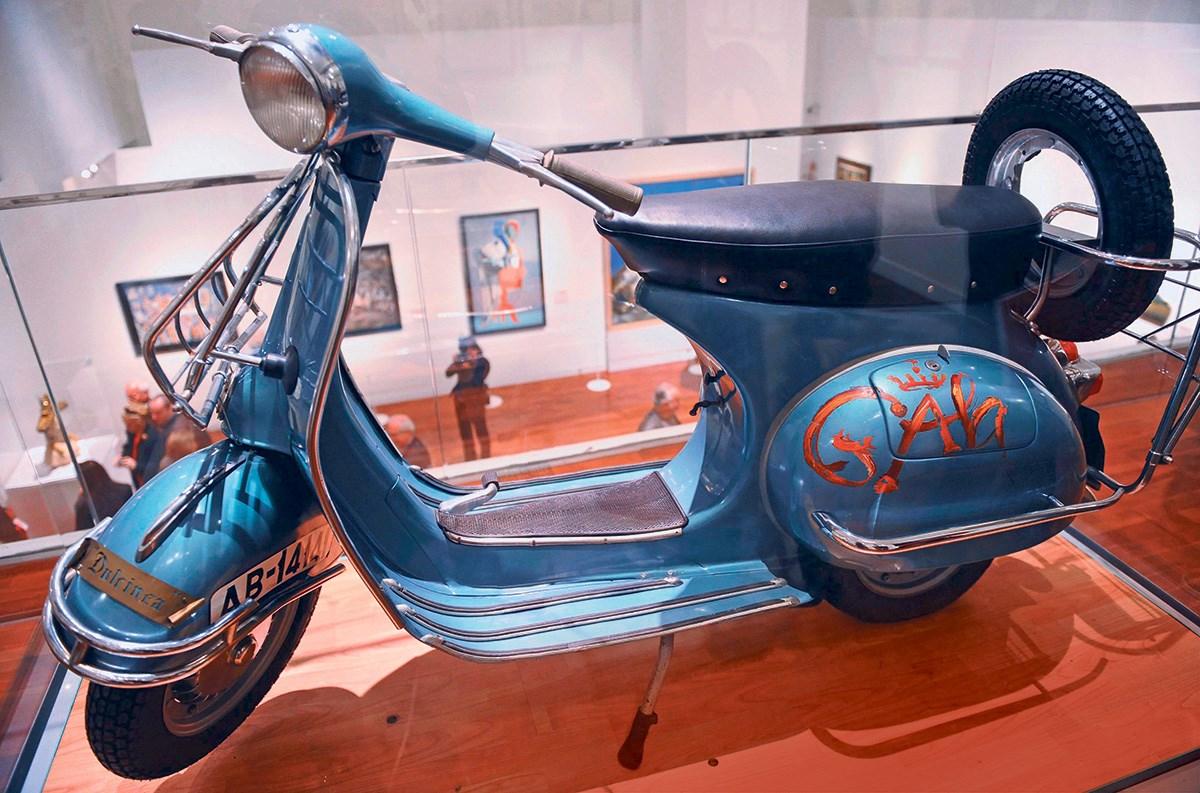 La Vespa 150S pintada y firmada por Salvador Dalí. Imagen vía: MCN