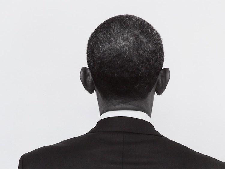 """Detta ikoniska porträtt av president Barack Obama lyckas fånga essensen av presidenten, trots att hans rygg är vänd mot kameran. Seliger minns denna bild som togs under en plåtning för Rolling Stones, 2010. Vilja en bild """"att ta hem"""" (något som han försöker för vid varje skott), Seliger ställa presidenten framför en vit bakgrund. För att uppnå detta önskade bilden, Seliger fotograferade både fram- och baksidan av presidentens huvud. Utropspris 187 000 SEK."""