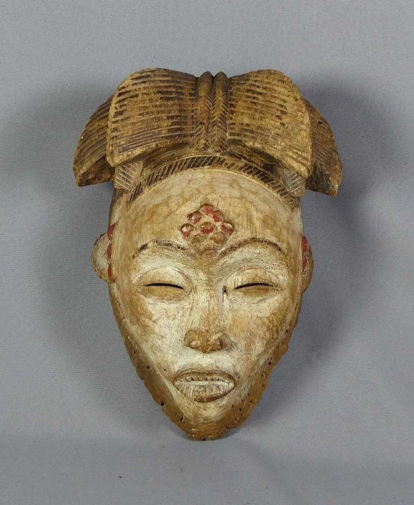 Okuyi-Maske der Punu, weiß und rot gefasst, Gabun/Zentralafrika Schätzpreis: 275 EUR
