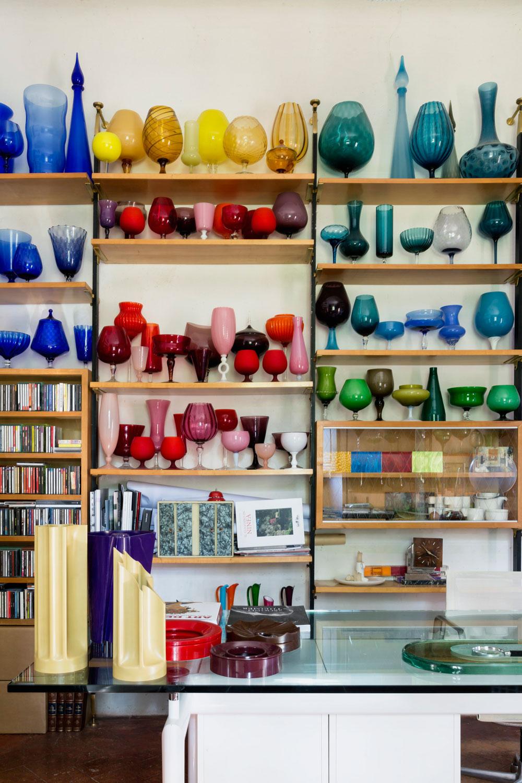 På skrivbordet ses vaserna signerade Enzo Mari. I bokhyllan bakom står en del av Brunos glassamling. © Francesca Anichini.