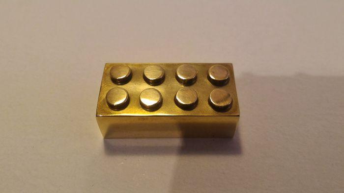 Pièce de LEGO en or 14 carats, adjugée 18 500 euros Image: courtesy of Catawiki