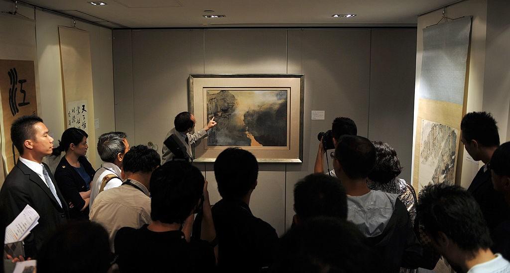 "Cheung Chiu-kwan是蘇富比拍賣行中國畫專家部門的主任,其正在介紹由張大千為題的""Morning mist in Spring""中國畫細節於2011年9月1日的香港記者招待會。"