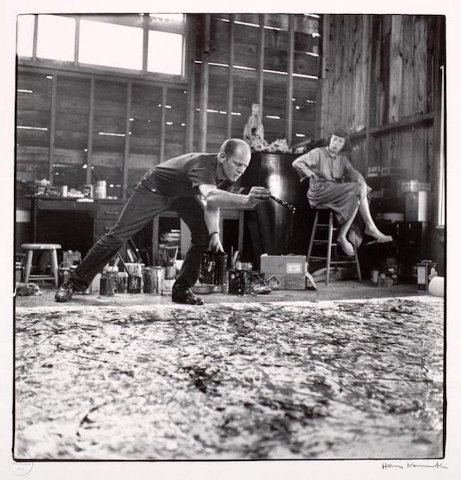 Jackson Pollock i studion tillsammans med sin fru Lee Krasner. Foto: Hans Namuth.