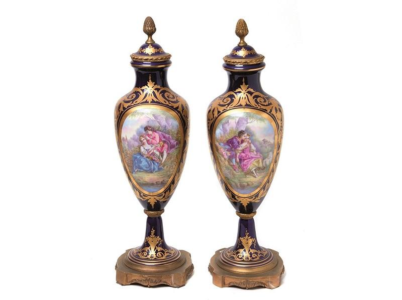 "Pareja de jarrones franceses en porcelana Sèvres ""bleu du roi"" con montura en bronce (finales siglo XIX)"