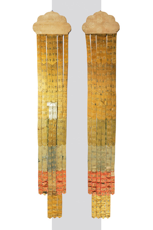Paar bestickte Tempelbanner aus Seidenbrokat, 50 x 340 cm, China 18. Jh. Schätzpreis: 3.500.5.500 EUR