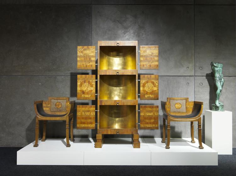 Praktskåp av Carl Hörvik med tillhörande stolar.