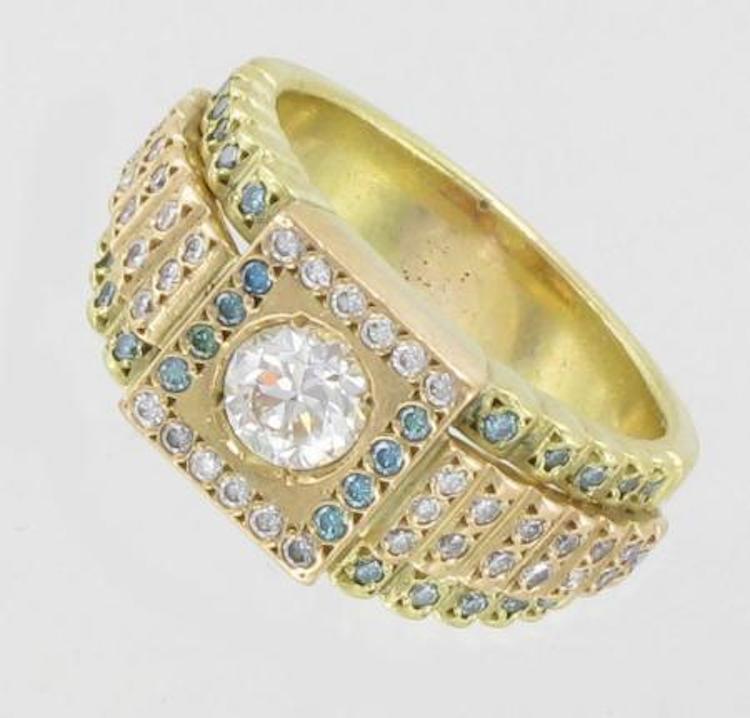 RING. Ring med diamanter ca 1x0,80ct, ca Wesselton (H), VS, ca 38x0,01ct samt färgade diamanter ca 28x0,01ct, stl ca 19½, 18K Vikt: 18,1 g. Utropspris 10 000 SEK, Pantbanken Sverige