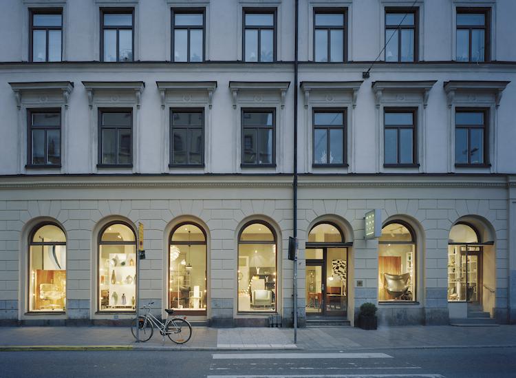 Modernitys butik på Sibyllegatan 6 med sex valvbågade fönster ut mot Östermalmstorg.
