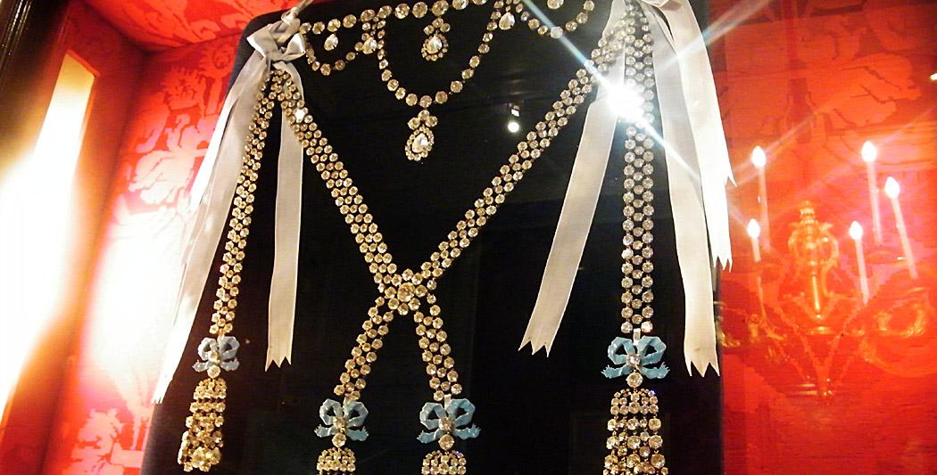 Une copie du collier de diamants au château de Breteuil, en France, image via HistoryWeb
