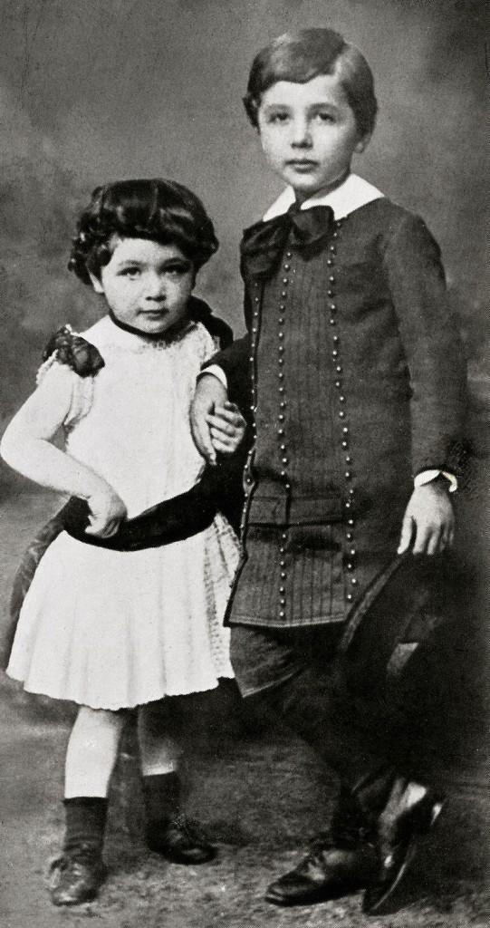 Albert Einstein und seine Schwester Maja, um 1886