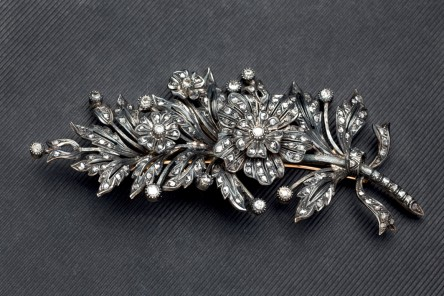Brosche aus Gelbgold und Silber mit Altschliff-Diamanten Aufrufpreis: 2.500 EUR