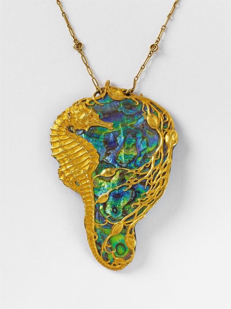 Pendentif Art Nouveau en or jaune avec Convex bleu-vert, H: 7,4 cm, Paris 1900 Estimation: 4.000-6.000 EUR