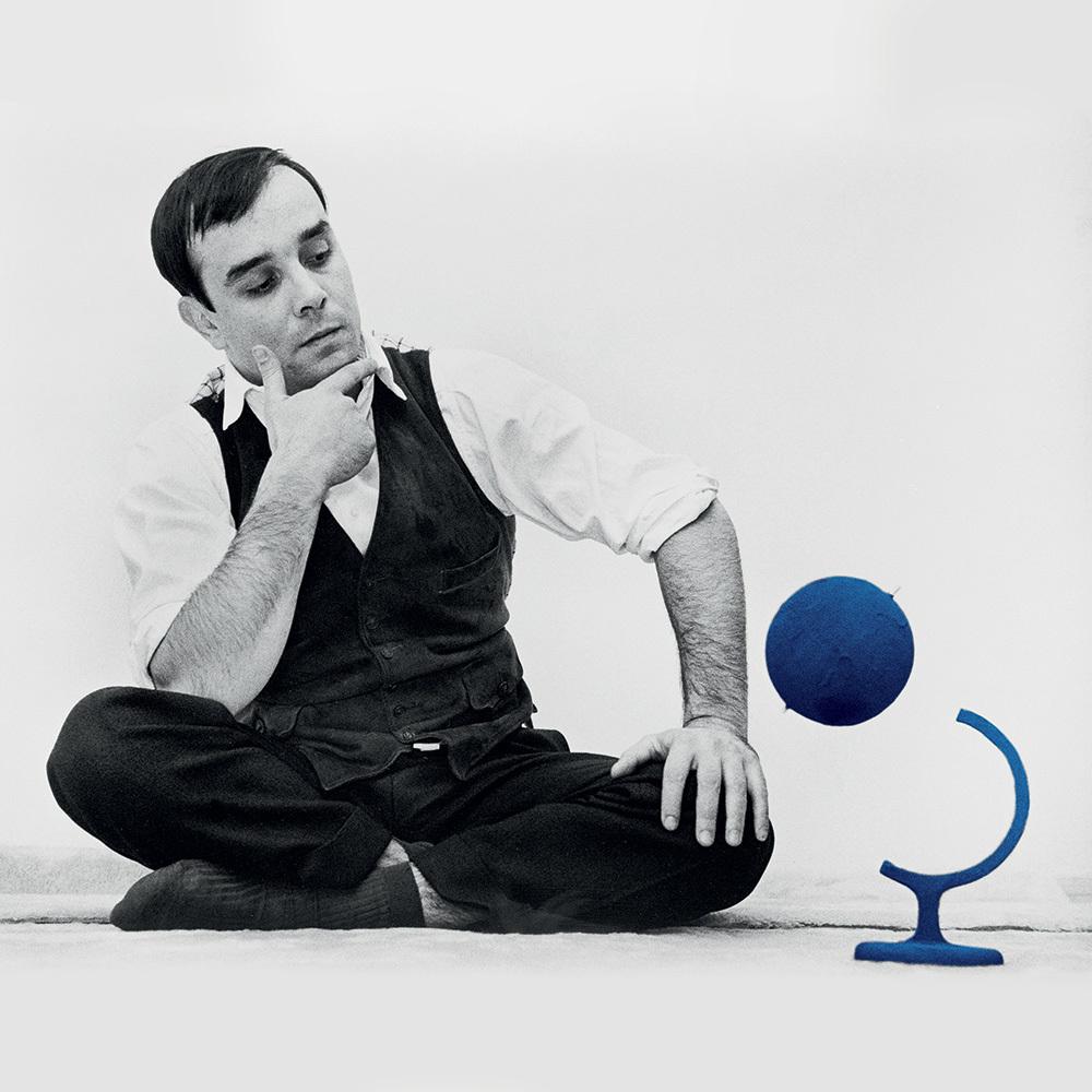"Yves Klein et le ""Globe Terrestre Bleu"", (RP7), 1961 © Yves Klein, ADAGP, Paris, 2015 © Photo Harry Shunk and John Kender © J.Paul Getty Trust. The Getty Research Institute, Los Angeles"
