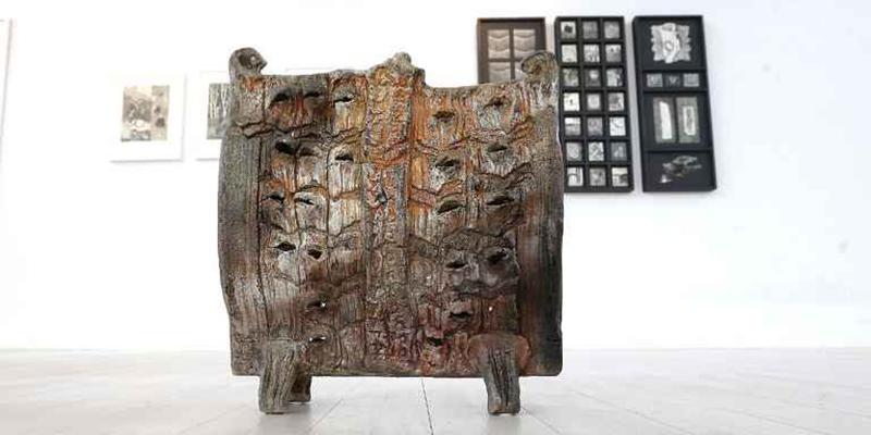 """Ett av Krister Nilssons keramiska verk som ingår i Tomelilla konsthalls utställning """"Jordnära"""". FOTO: SPRISSE NILSSON"""