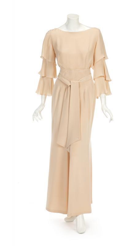 Aprikosfärgad Nolan Miller Couture-dräkt i siden, ägd av Joan Collins. Utrop: 4 200 SEK Julien's Auctions