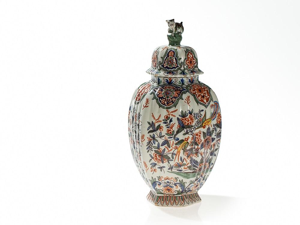 Delft Fayence Deckelvase mit asiatischem Dekor, 18. / 19. JH