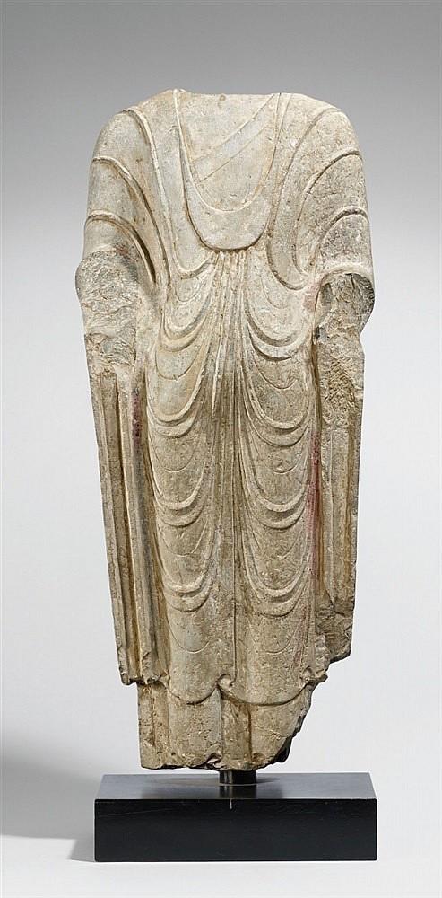 Torso av Buddha i sandsten med färgrester. H: 59 cm, Norra Qidynastin.Utropspris: 280 000 - 370 000kronor.