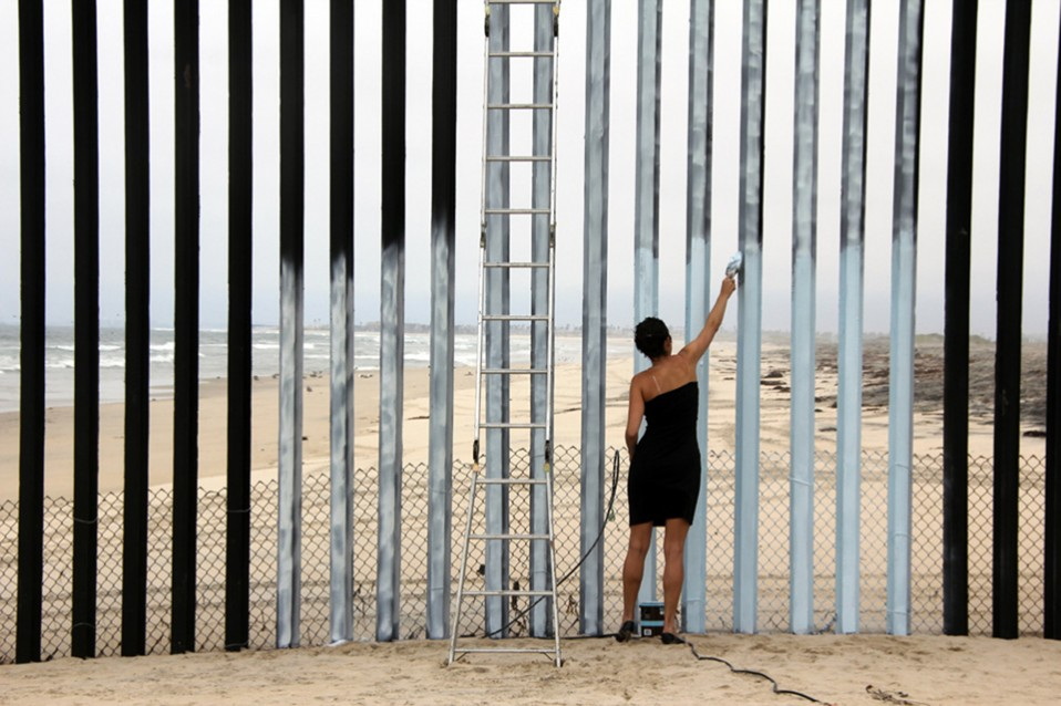 L'artiste avait déjà peint une section de la frontière à Tijuana en 2012 dans le cadre d'une performance vidéo. Photo: artist courtesy