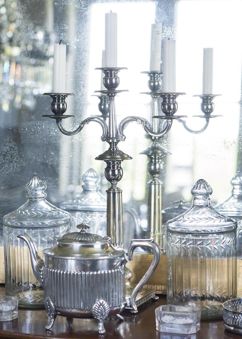 Gamla Glas- och silverföremål Samsas I Det lilla rokokobordet i Matsalen.