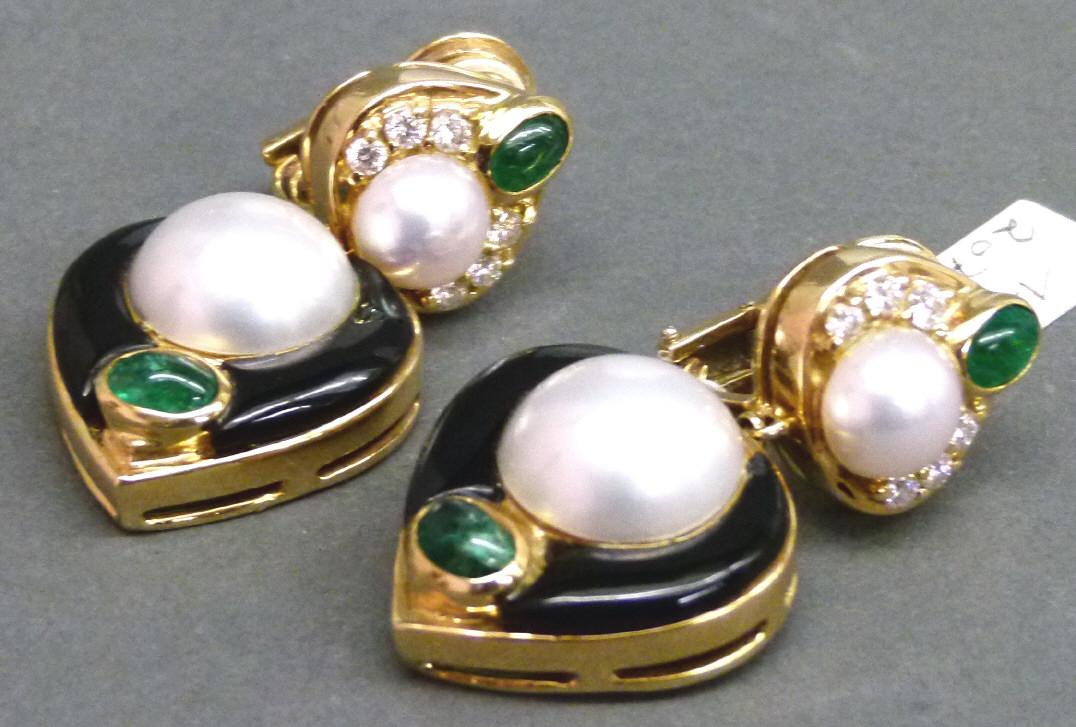 Paar Ohrclipse, GG mit 20 Edelsteinen (Brillanten, Smaragde, Onyx) und 4 Mabe-Zucht-Perlen Schätzpreis: 4.100 EUR
