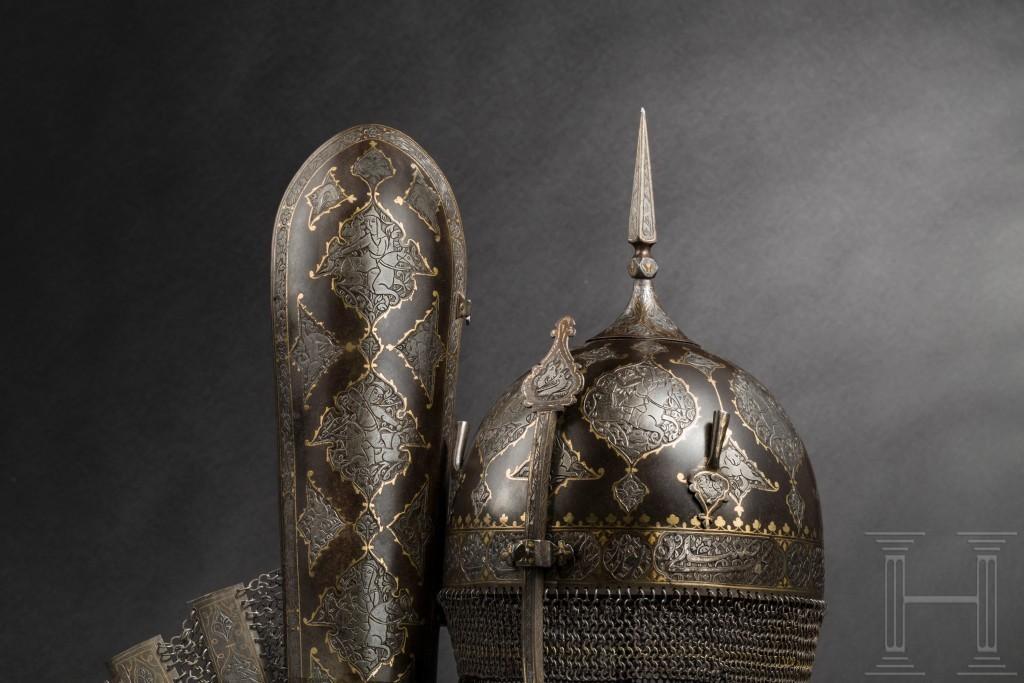 Lotto composto da elmo, scudo e protezione per il braccio placcate in oro, Persia, prima metà del XIX secolo. Foto: Hermann Historica