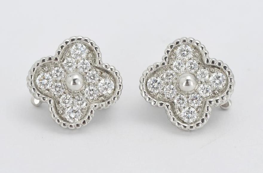 Van Cleef & Arpels, Alhambra, Paire de clips d'oreilles quadrilobés et perlés, pavés de diamants