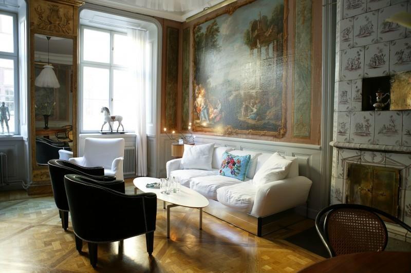 """Ein """"Holländer mit handbemalten Kacheln aus der ersten Hälfte des 18. Jahrhunderts steht im Wohnzimmer. Rechts vom Fenster steht die Lampe """"Liv"""" von Jonas Bolin."""