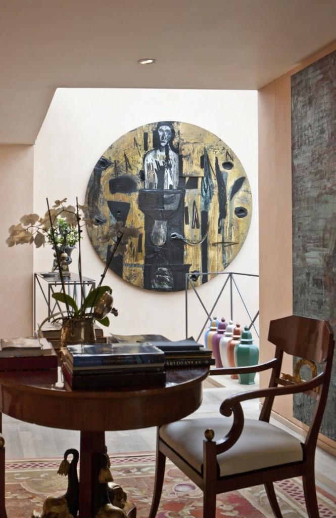 La zone réservée au petit-déjeuner, où les meubles anciens se marient à l'art contemporain