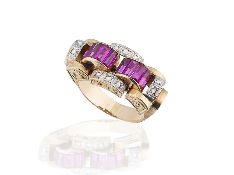 Sortija Chevalier en oro con diamantes y rubíes