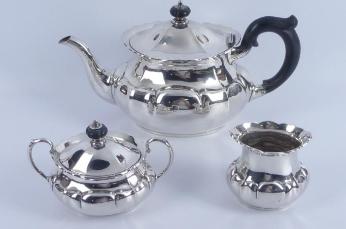 3-tlg. Silbergeschirr, Teekanne, Zuckerdose und Milchkännchen mit schwarzen Holzgriff, Schätzpreis 500 – 700 EUR