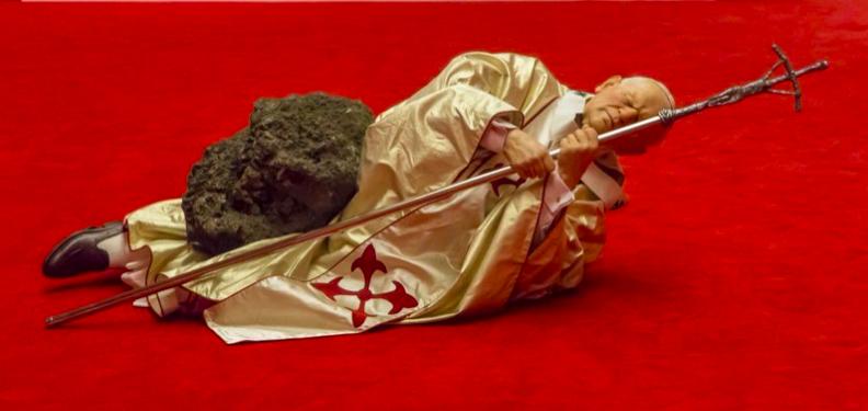 """Maurizio Cattelan, """"La Nona Ora"""" (New York, 1999-2000) Vue de l'exposition """"Libre !"""" en 2014 au Musée des Beaux-Arts, Rennes (France)"""