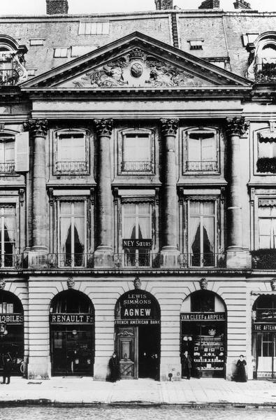 La bijouterie Van Cleef & Arpels est l'une des premières à s'installer sur la place Vendôme à Paris
