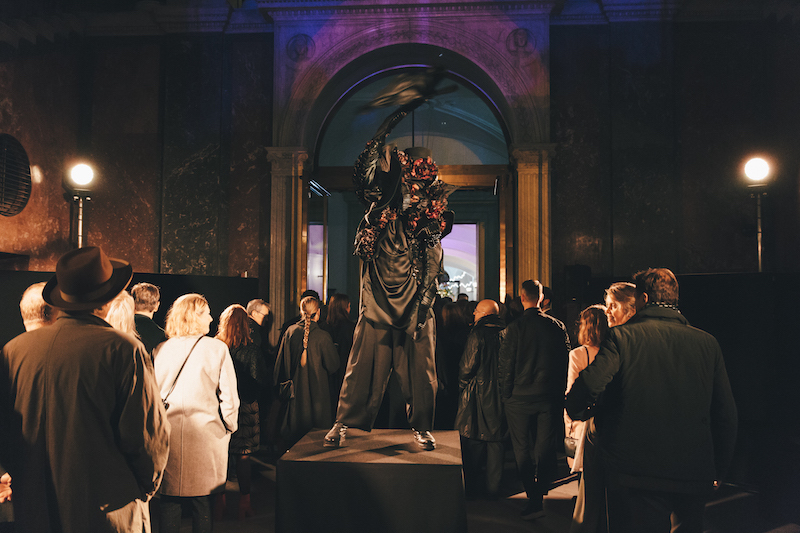 Dansare underhöll på museets flera våningsplan