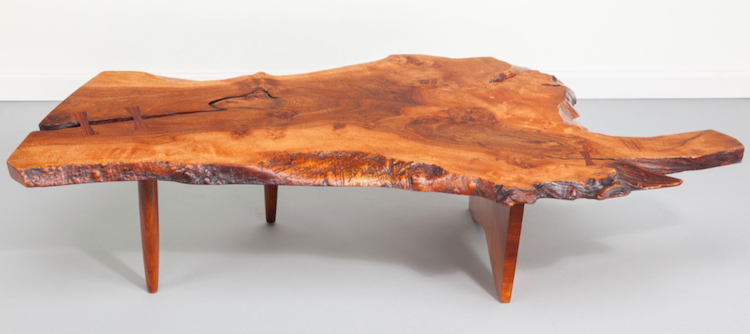 Den amerikanske formgivaren George Nakashima möbler bygger på Arts and Crafts-rörelsens filosofi. Free-Edge Conoid Coffee Table, circa 1975 English walnut with East Indian rosewood butterfly keys PROVENANCE: Artist Studio; Private collection, acquired from above, 1961. Estimate: $20,000 - $30,000.