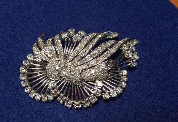 Brosch i vitguld med 168 diamanter, briljant-, carré- och antikslipade (cirka 10,5 ct). 1950-tal. Utropspris: 190 000 - 250 000 kronor. Auktionen avslutas den 13 augusti klockan 20.00.