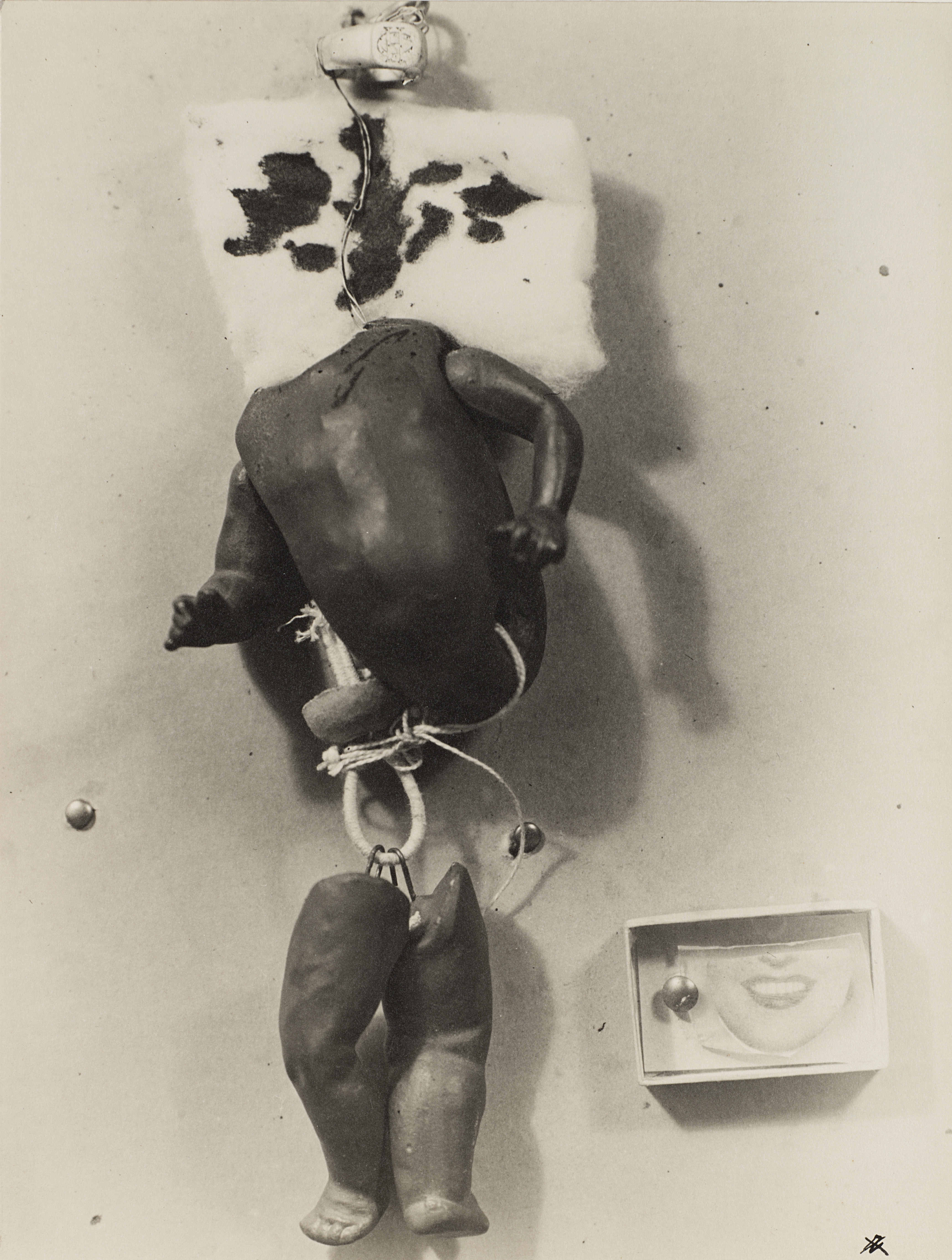 Object Par Camille Bryen, Raoul Ubac. 1935-1936, Vintage silver salt gelatin print applied on original cardboard, 29 x 22.5 cm (40 x 30 cm cardboard), € 10.000 - 12.000. Photo: Finarte