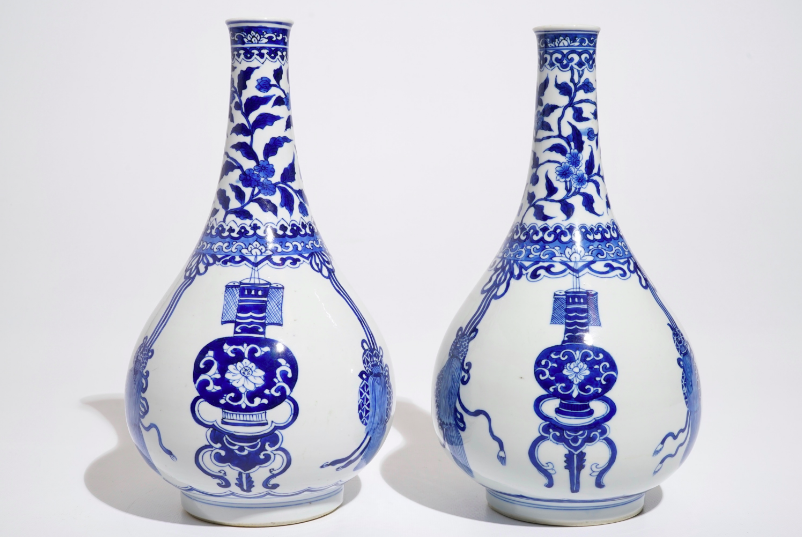 Lot 1094: A pair of Chinese bottle-shaped vases in blue and white porcelain, Kangxi