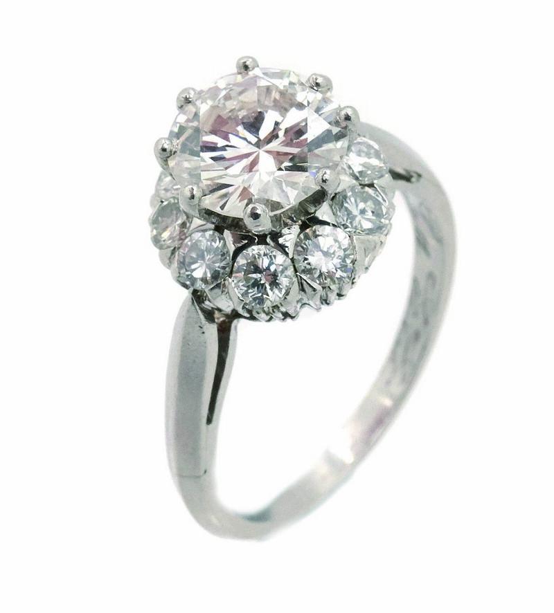Sortija rosetón en oro blanco con diamantes