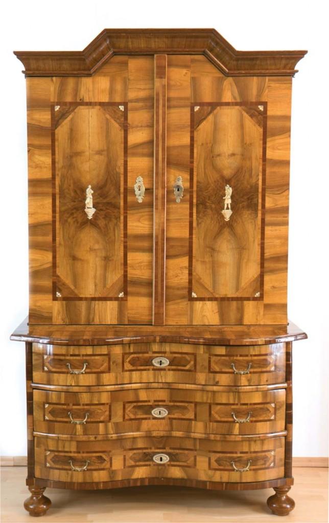 Barocker Aufsatzschrank aus Nussbaum furniert mit figürlichen Beineinlagen, 192x117x57 cm, Braunschweig um 1750 Limitpreis: 4.800 EUR