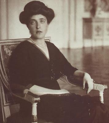 Adele Bloch-Bauer, ca. 1910   Foto via galleryIntell