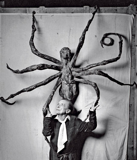 "Louise Bourgeois en 1966, devant ""Spider V"" Image: Peter Sumner Walton"