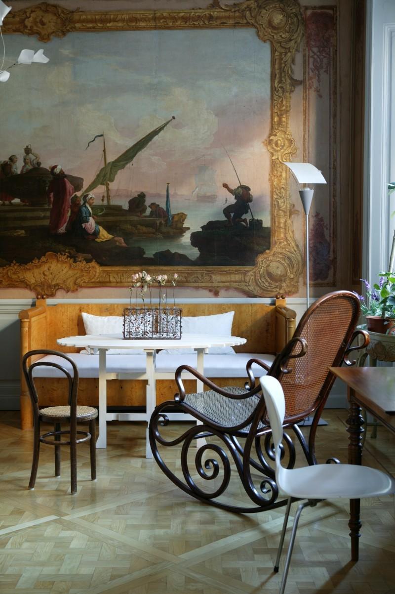 """La chaise à bascule et la chaise sont signés de Thonet, la table de Design House Stockholm, la lampe vient d'un magasin de la Vieille Ville de Stockholm et le """"Myran"""" à trois pieds est conçu par Arne Jacobsen"""