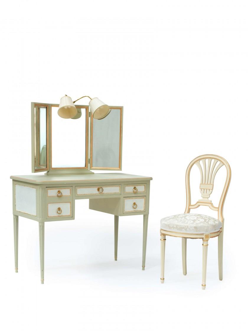 Coiffeuse et chaise de style Louis XVI, en bois lacqué, image ©Artcurial