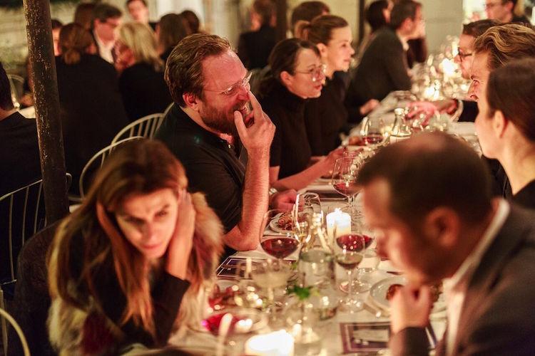 Det kreativa geniet Mårten Knutsson njöt av god middag och trevligt sällskap