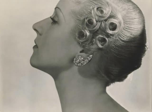Modèle avec des boucles d'oreilles en diamant, 1934