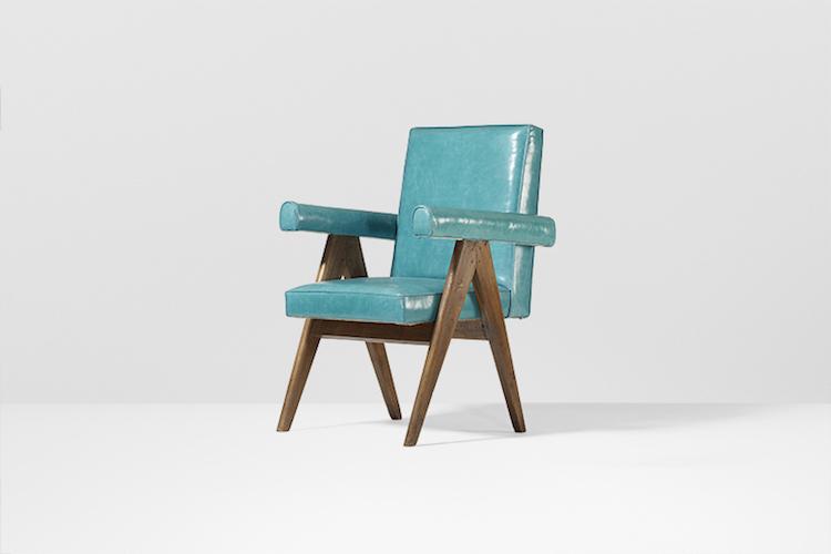 Färgglatt. Pierre Jeannerets karmstol i teak, läder och mässing kommer också från den privata samlingen som säljs ut med möbler från Högsta Domstolen i Chandigarh