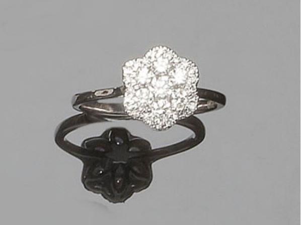 Ring mit Brillanten in Blütenform